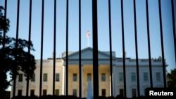 Gedung Putih dilihat dari luar halaman utara di Washington, D.C.