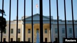 La Casa Blanca vista desde el portón norte frente al Monumento a Washington.