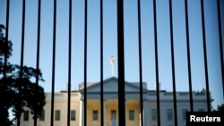 باراک اوباما رئیس جمهوری آمریکا در زمان حادثه در کاخ سفید نبوده است.