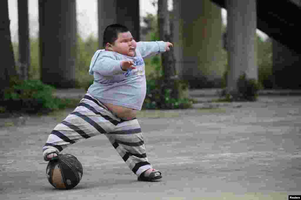 دنیا کے ہر تیسرے بالغ اور ہر چوتھے بچے کا وزن مقررہ حد سے زیادہ ہے جس سے صحت عامہ کا مسئلہ سنگین ہوتا جا رہا ہے۔