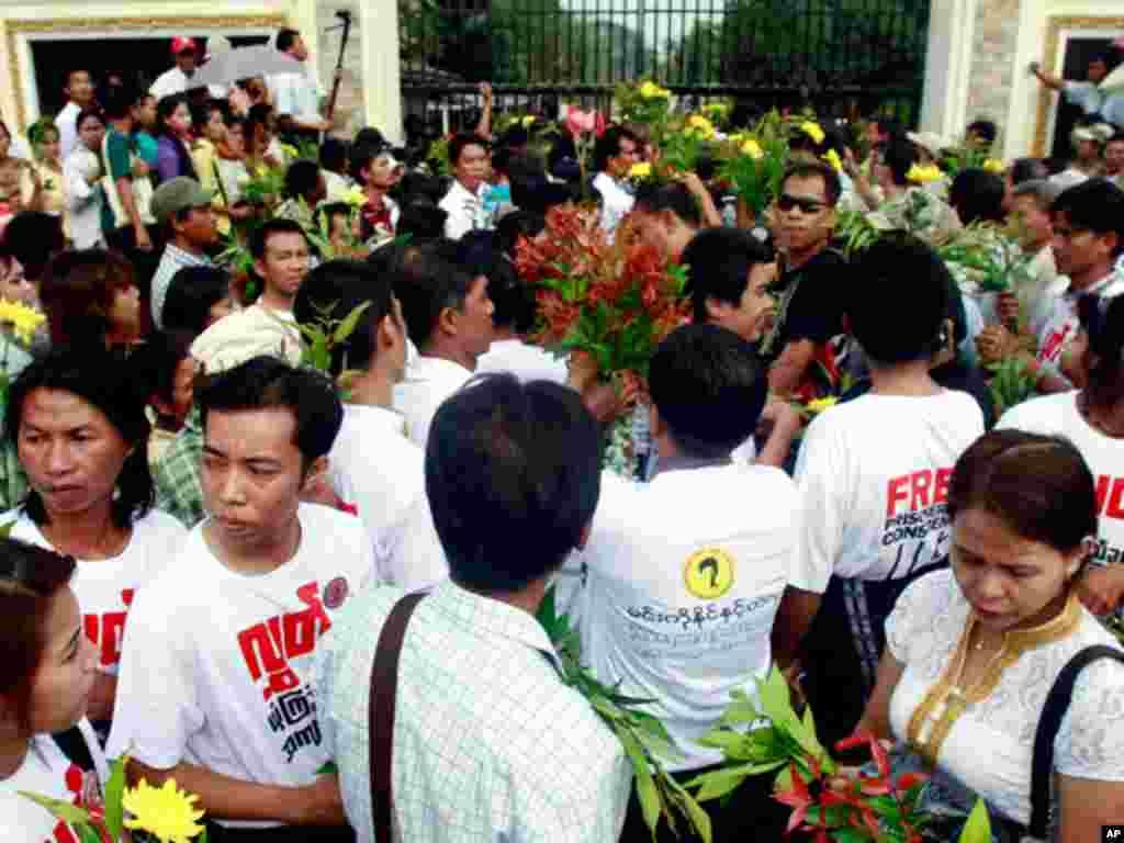2012年1月13号,缅甸政治犯家属在永盛监狱外等候。(AP)
