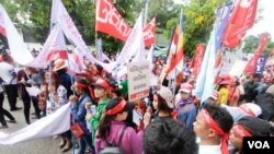 Hundreds of workers took to the street to demand better working conditions on International Labor Day, Phnom Penh, Cambodia, Monday May 01, 2017. (Khan Sokummono/VOA Khmer)