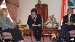خانم هێلهری کلنتن له میانهی کۆبوونهوهی لهگهڵ سهرۆکی یهمهنی عهلی عهبدوڵا سـاڵح له سهنعای پایتهخت، سێشهممه 11 ی دوازدهی 2011
