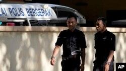 지난 2월 김정은 북한 국무위원장의 이복형 김정남 씨의 시신이 안치된 말레이시아 쿠알라룸푸르 병원 영안실 주변을 경찰관들이 지키고 있다.