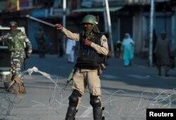 Hindistan polisi maşınları küçədə yoxlayır. Srinaqar, Hindistan. 23 avqust, 2019.