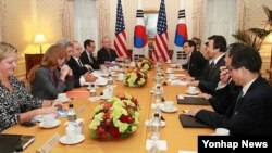 존 케리 미 국무장관과 윤병세 한국 외교부 장관이 27일 뉴욕에서 열린 회담에서 인사말을 나누고 있다.