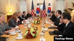 존 케리 미 국무장관(왼쪽 가운데)과 윤병세 한국 외교부 장관(오른쪽 가운데)이 지난 9월 뉴욕에서 회담을 가졌다. (자료사진)