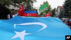 在土耳其居住的维吾尔人在安卡拉展示代表东突厥斯坦的旗帜(2012年7月5日 资料照片)