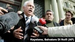 Politisi Turki, Dogu Perincek (kiri) menjawab pertanyaan para wartawan (foto: dok).