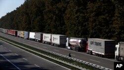 Duga kolona kamiona na prelazu Batrovci na srpsko-hrvatskoj granici.
