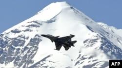 一架印度战机飞行在中印边境两国军队发生冲突的地区上空。(2020年6月23日)