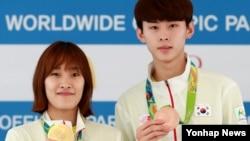 리우올림픽 태권도 여자 -49kg급 금메달리스트 김소희(왼쪽)와 남자 -58kg급 동메달리스트 김태훈이 18일 기자회견에서 메달을 들어보이고 있다.