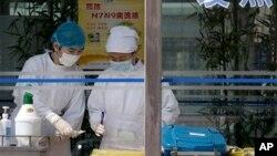 조류독감 환자가 입원한 중국 베이징의 한 병원에서 간호사들이 환자 혈액을 수거하고 있다.