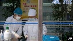 Медики работают с анализами крови пацентов выявления больных вирусом штамма H7N9 в больнице Ditan Hospital в Китае. 14 апреля 2013 г.