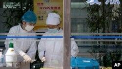 Bolničarke uzimaju uzorak krvi od obolelog pacijenta