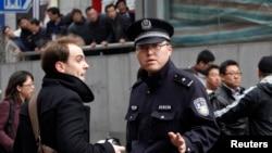 资料照:上海的警察盘查一位驻华外国记者