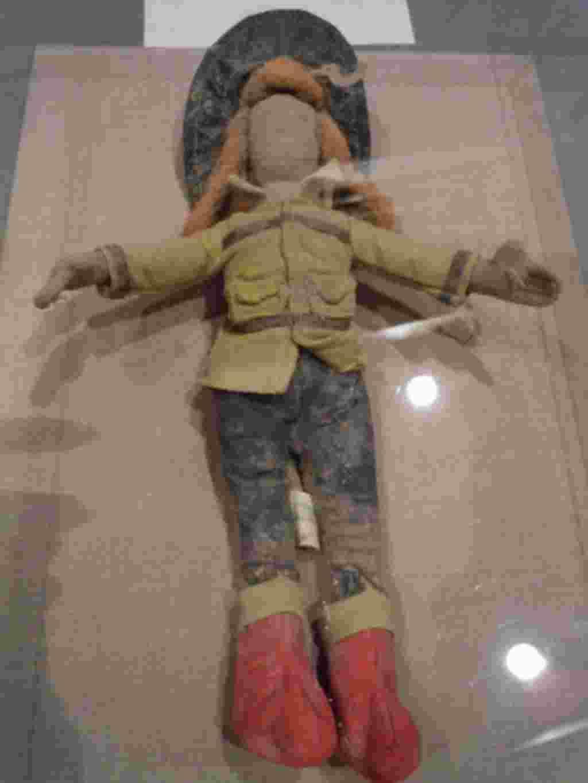 اين عروسک يک آتش نشان زن که در ويرانه های مرکز تجارت جهانی پيدا شد