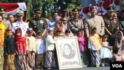 Wali Kota Surabaya Tri Rismaharini bersama para warga berprestasi penerima penghargaan di hari jadi Kota Surabaya ke 726 (foto Petrus Riski/VOA).