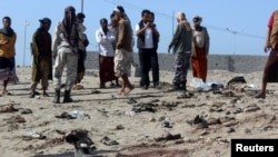 یمن کے جنوبی علاقے میں خودکش حملے کے بعد لوگ اکھٹے ہو رہے ہیں۔ دسمبر 2016