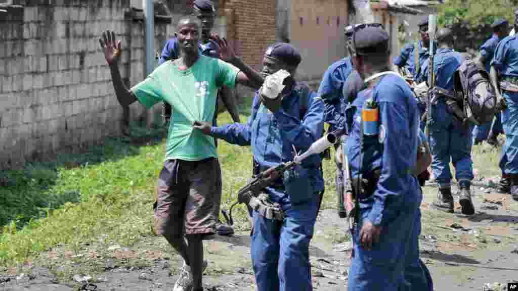 Polícia do Burundi prende um manifestante durante confrontos com as forças de segurança no distrito de Cibitoke da capital Bujumbura, Burundi, 29 de Maio, 2015
