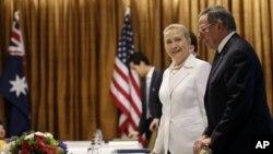 13일 호주 퍼스에서 줄리아 길라드 호주 총리와 회담한 힐러리 클린턴 미 국무장관(왼쪽)과 리언 파네타 미국 국방장관.
