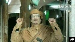 Muammar Kadhafi durante o discurso na televisão estatal líbia, no dia 22 de Fevereiro.