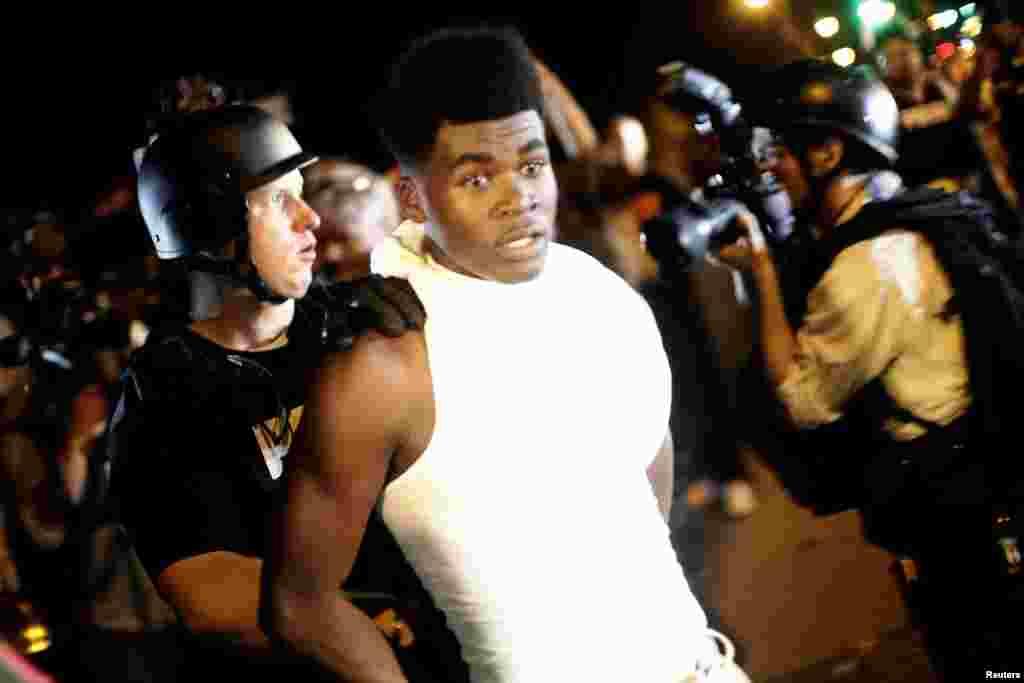 La mayor parte de los arrestados fueron citados por negarse a dispersarse, pero algunos fueron acusados de portar armas, alteración del orden público o posesión de herramientas robadas.