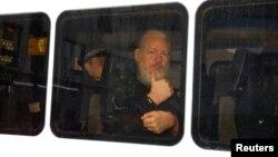 """El arresto de Julian Assange sigue a las denunciasde WikiLeaks acerca de lo que llaman """"una extensa operación de espionaje"""" en su contra en la embajada ecuatoriana en Londres, donde ha vivido bajo asilo desde 2012."""