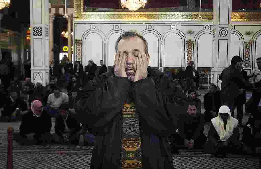 Seorang pria meratapi para korban yang tewas dalam ledakan di Damaskus, Suriah (18/3) (AP). Pemakaman dilangsungkan pada hari MInggu (19/3).