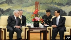 U.S. Secretary of Defense Robert Gates meets with China's President Hu Jintao, Beijing, Jan 11, 2011