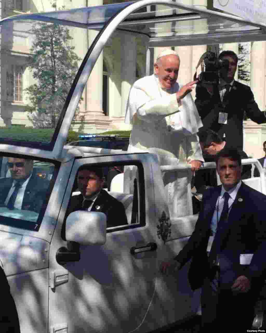 教宗方济各在华盛顿沿街和民众见面打招呼。教宗周三下午将在圣母无玷始胎全国朝圣所圣殿(Basilica of the National Shrine of the Immaculate Conception)主持弥撒,周四对国会两院演说,之后前往纽约参加联合国可持续发展目标峰会并在联大演说。纽约之后教宗将访问费城,参加费城家庭会议。星期天,信奉天主教的副总统拜登将代表白宫主持教宗结束对美国访问的送行仪式。(图片来源:乔治梅森大学学生Maria Alejandra Rossell )
