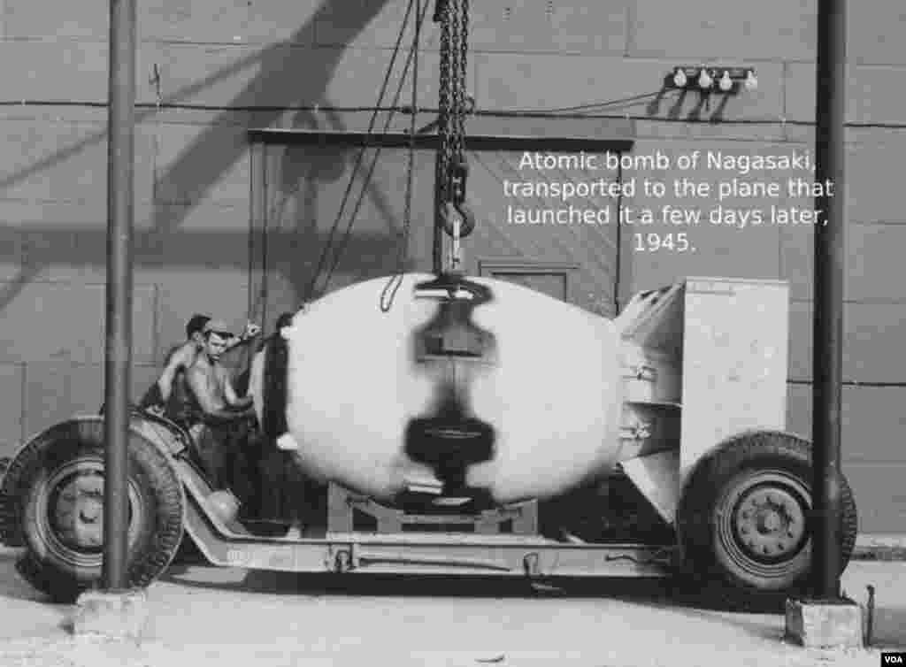 """Əsgərlər bir neçə gün sonra Naqasakiyə atılacaq """"Gombul Kişi"""" ləğəbli atom bombasını daşıyırlar. 7 Avqust, 1945."""