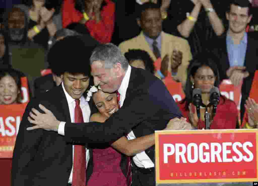 5일 뉴욕 시장에 당선된 민주당 빌 드블라지오 후보(오른쪽)가 당선 발표 후 자신의 아들, 딸과 포옹하고 있다.