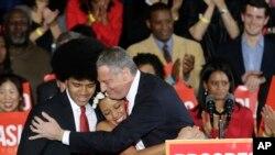 Novoizabrani demokratski gradonačelnik Bil de Blazio grli sina Dantea i ćerku Kjaru posle pobede na izborima u Njujorku, 5. novembra 2013.
