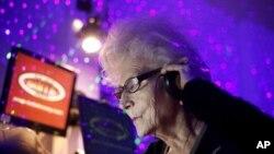 DJ Wika Szmyt (73 tahun), di sebuah klab di Warsawa, Polandia, 4 Januari 2012. (Reuters)