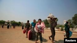 Người Hồi giáo mang đồ đạc đến một sân vận động để lánh nạn, ngày 22/3/2013.