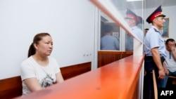 Sayragul Saytbay, warga China etnis Kazakh dan mantan pegawai negeri, saat menjalani persidangan di Kota Zharkent di Kazakhstan dengan tuduhan menyeberangi perbatasan secara illegal untuk bergabung dengan keluarganya, 13 Juli 2018. (Foto: AFP)