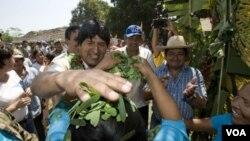 Evo Morales coloca hojas de coca sobre la cabeza de una mujer en un poblado indígena de la Amazonia.