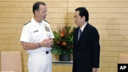 Admiral Michael Mullen (L), chairman of US Joint Chiefs of Staff, talks with Japanese Prime Minister Naoto Kan during a meeting in Tokyo, July 15, 2011.
