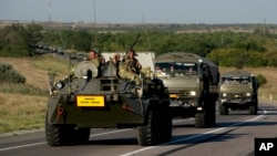 俄罗斯军用车队在顿河畔罗斯托夫地区行进,车队所在道路和乌克兰边境相距15公里(2014年8月15日)