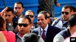 이집트 대통령 선거에 출마한 압델 파타 엘시시 전 국방장관이 26일 투표하기 위해 카이로의 한 투표소에 도착했다.