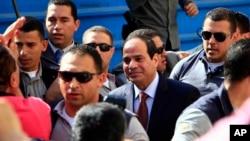 Ứng cử viên tổng thống Abdel-Fattah el-Sissi, người có nhiều hy vọng đắc cử, đến địa điểm bỏ phiếu ở Cairo, Ai Cập, 26/5/14