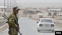 شیر خان بندر راه عمده تجارتی میان افغانستان و تاجکستان است که این دو کشور توسط پل باهم وصل گردیده است.