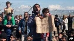 Ratusan migran menuntut dibukanya pagar perbatasan dari Yunani menuju ke Makedonia, hari Senin (29/2).