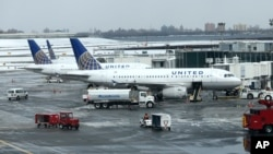 Pesawat maskapai United Airlines di bandara LaGuardia, New York (foto: ilustrasi).