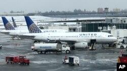 Beberapa pesawat milik maskapai United Airlines di bandara LaGuardia, New York (foto: dok).