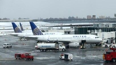 """United Airlines afirma que en realidad la pareja intentó sentarse en un asiento mejorado """"repetidamente"""" y que """"no seguieron las instrucciones de la tripulación""""."""