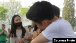 """5月13日,中国同性恋权益组织同性恋亲友会北京分会在798艺术区举办活动,参与者在活动上与活动发起人之一""""票圈君""""拥抱。(受访者提供)"""