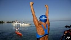 미국의 60대 수영 선수 다이애나 나이아드는 지난 쿠바 아바나에서 미국 플로리다까지 헤엄쳐 건너는 데 성공했다.
