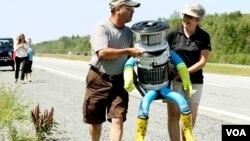 HitchBOT ABŞ-a səfərindən öncə hitchhiking vasitəsilə bütün Kanadanı, Hollandiyanı və Almaniyanın bir hissəsini gəzib